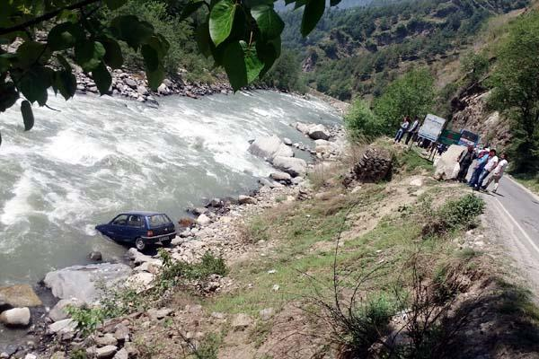 तस्वीरों में देखिए, ब्यास नदी में गिरी कार, चालक लापता