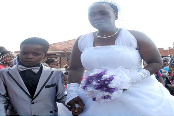 8 साल का लड़का और 61 की महिला ने रचाई शादी(Pics)