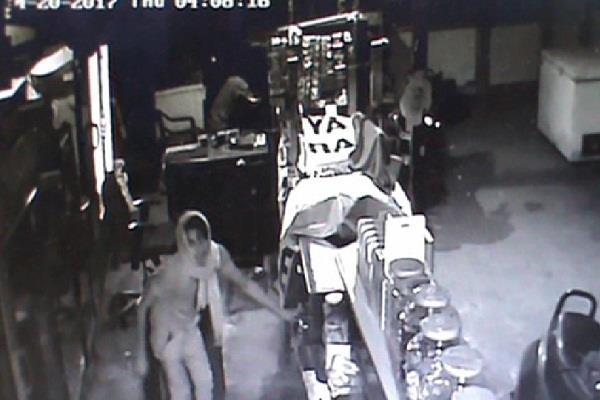 पुलिस से बेखौफ चोरों ने की रेस्ट्रोरेंट में चोरी, CCTV में कैद हुई वारदात