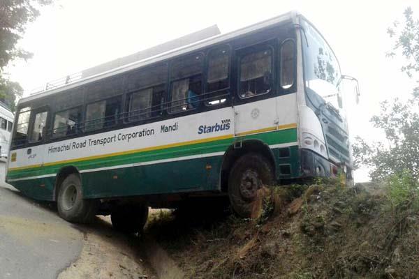 चालक की होशियारी से टला बड़ा हादसा, 40 यात्रियों की जान बचाई