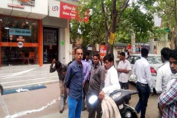रोहिणी में ATM कैश वैन से 19 लाख रुपए लूटे