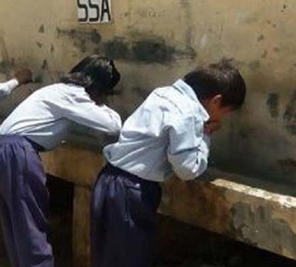 दानियों के इंतजार में गंदा पानी पीने को मजबूर सरकारी स्कूलों के बच्चे