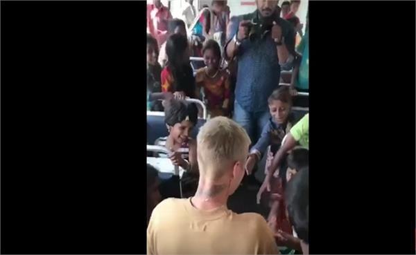 कॉन्सर्ट से पहले जस्टिन बीबर मिले गरीब बच्चों से