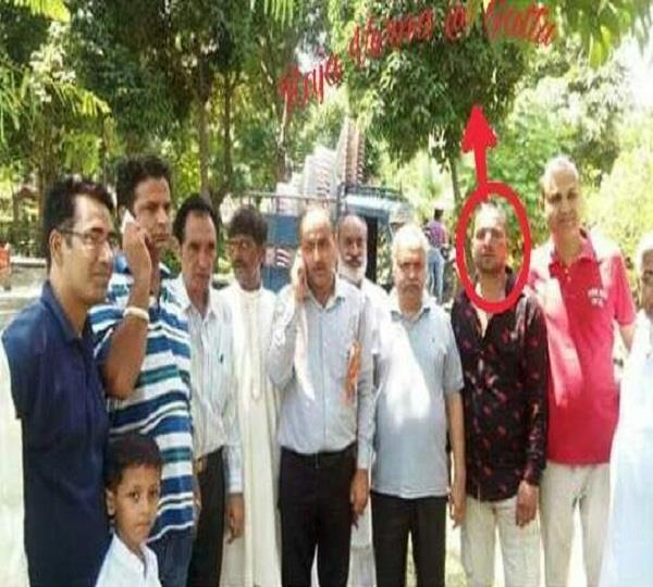 भाजपा ने अवैध शराब के साथ पकड़े तस्कर राजा वर्मा की बेरी के साथ तस्वीरें कीं जारी