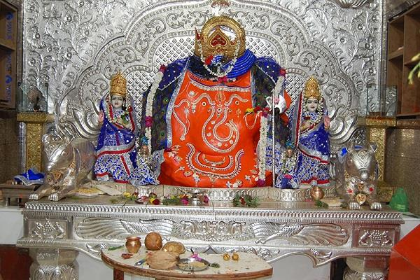 इंदौर नगरी में विराजमान हैं गणपति बप्पा, उल्टा स्वस्तिक बनाने से पूर्ण होती है मन्नत