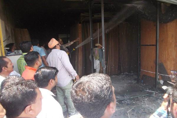 प्लाई बोर्ड की दुकान को लगी आग