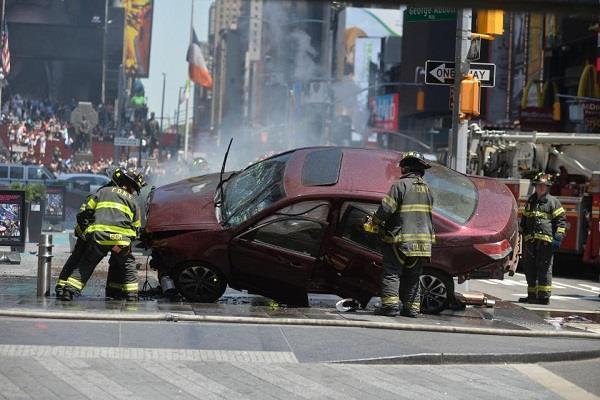 टाइम्स स्क्वॉयर में फुटपाथ पर चढी कार, एक की मौत, 22 घायल(Pics)