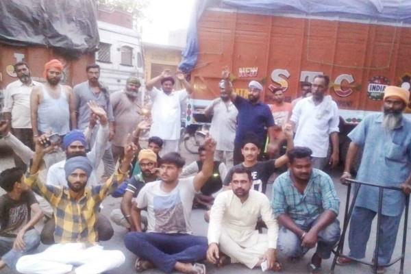 गुस्साए ट्रक ड्राइवरों ने पनग्रेन गोदाम के बाहर दिया धरना