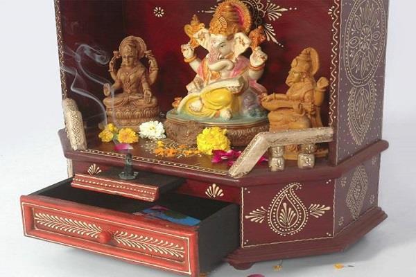 घर-दुकान के मंदिर में न रखें भगवान की ऐसी प्रतिमाएं, बनती हैं दु:खों का कारण