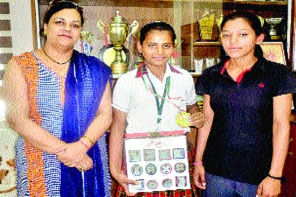 कनिष्का ने नैशनल थ्रो बॉल में जीता स्वर्ण पदक