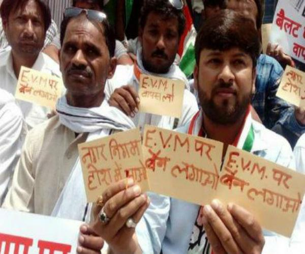 EVM विवाद में कांग्रेस भी कूदी, CM को लिखा खून से पत्र
