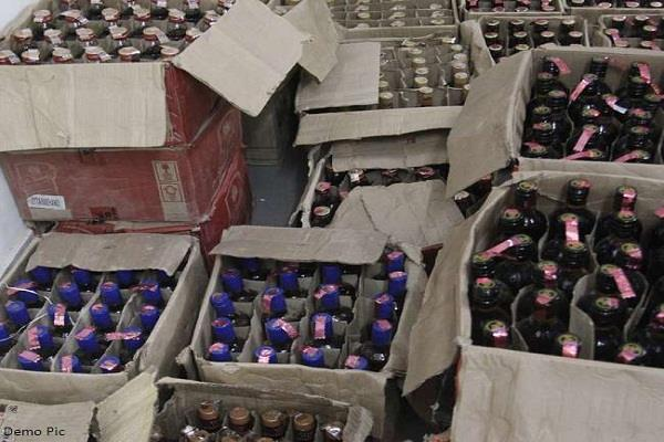 30 पेटियां शराब बरामद, महिला सहित 2 काबू