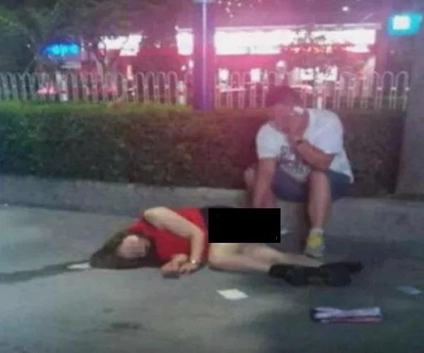 सड़क पर नशे में चूर बैठी थी लड़की, फिर जो हुआ जानकर रह जाएंगे दंग!