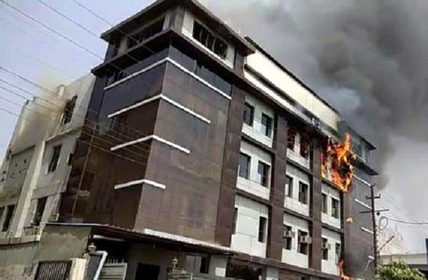 नोएडाः टॉय फैक्ट्री में लगी भीषण आग, 6 दमकल की गाडियां मौके पर