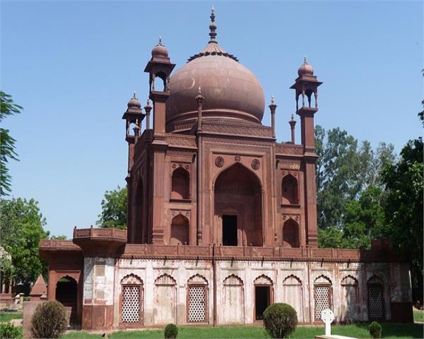 सफेद सगंमरमर नहीं लाल इंटों से बना है यह Taj Mahal