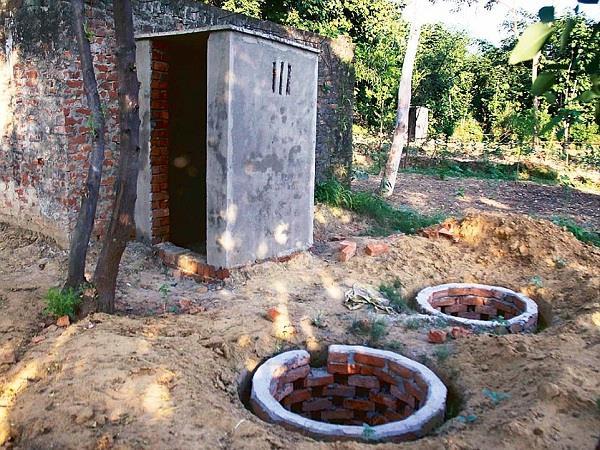 एक साल पहले बने शौंचालय का अब खोदा जा रहा है गड्ढा, क्या ऐसे स्वच्छ होगा भारत?