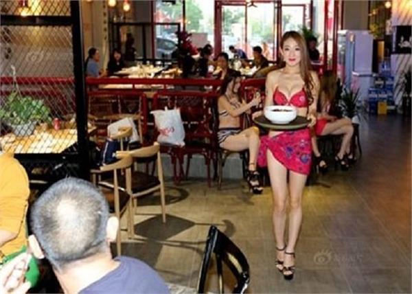 इन Restaurants  में बिकनी गर्ल्स सर्व करतीं हैं खाना