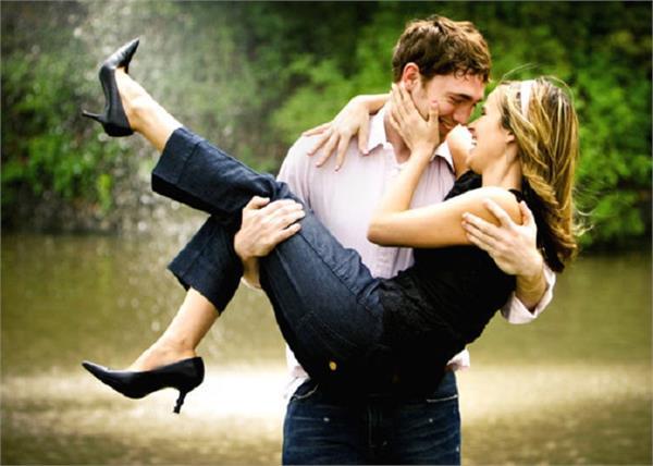 बोरिंग रिश्ते में इस तरह से लगाएं प्यार का तड़का
