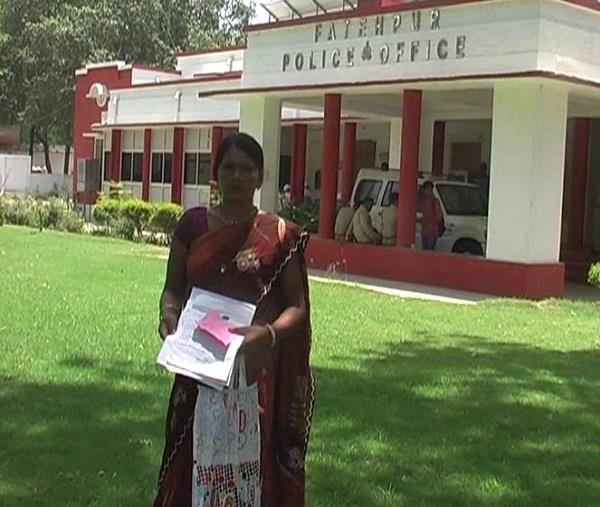 दलित महिला के मकान पर भूमाफियाओं ने किया कब्जा, न्याय के लिए भटक रही है पीड़िता