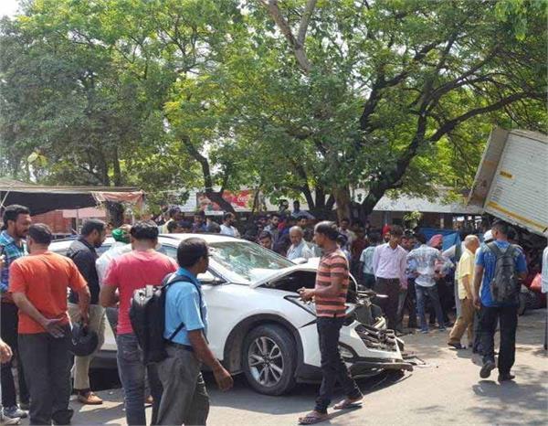 एक्सिडेंट: एलांते मॉल के पास कार और टेंपों में जबरदस्त टक्कर, ओवर स्पिड बना कारण