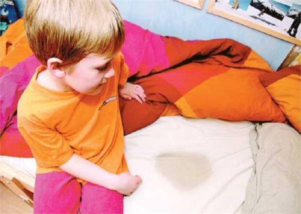बच्चा करता है बिस्तर गीला तो अपनाएं यह कारगर नुस्खा!