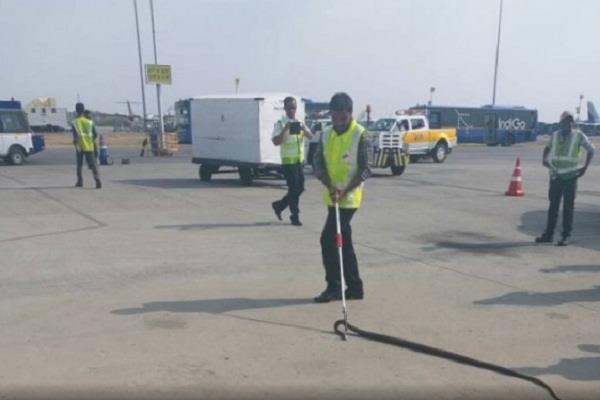 हवाई अड्डे पर निकला सात फुट लंबा सांप,मची अफरा-तफरी