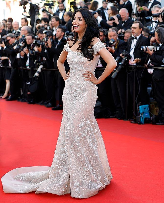 Cannes 2017: खूबसूरत गाउन पहने नजर ड्रैस में रेड कार्पेट पर चलीं मल्लिका!