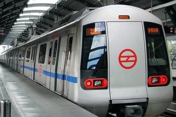 दिल्ली मेट्रो का किराया बढ़ाए जाने को लेकर छात्रों ने किया विरोध प्रदर्शन