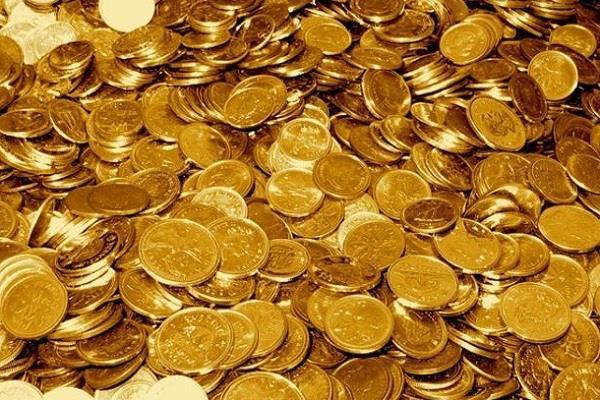 घर की नीव के लिए खोद रहे थे जमीन, निकले सैकड़ों सोने के सिक्के