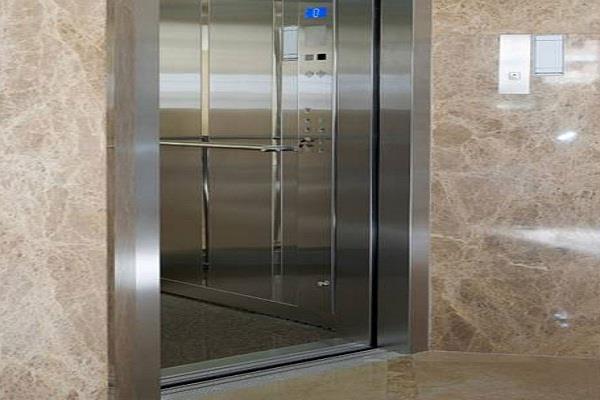 नौजवान का लिफ्ट में सिर आ जाने कारण मौत