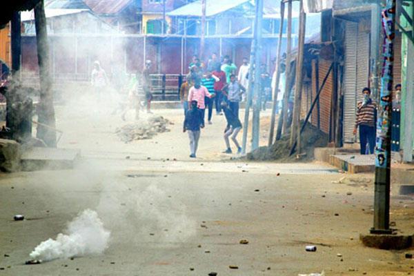 सुरक्षाबलों के साथ छात्रों की हिंसक झड़पें, 15 घायल