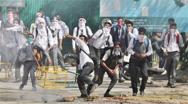 अनंतनाग, कुपवाडा में सुरक्षाबलों से भिड़े छात्र