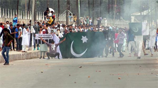 जुमा नमाज के बाद श्रीनगर में प्रदर्शनकारियों ने फहराया पाकिस्तानी झंडा