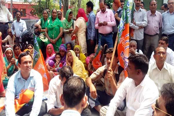 भाजपा ने किया आई.पी.एच. कार्यालय का घेराव, जमकर की नारेबाजी