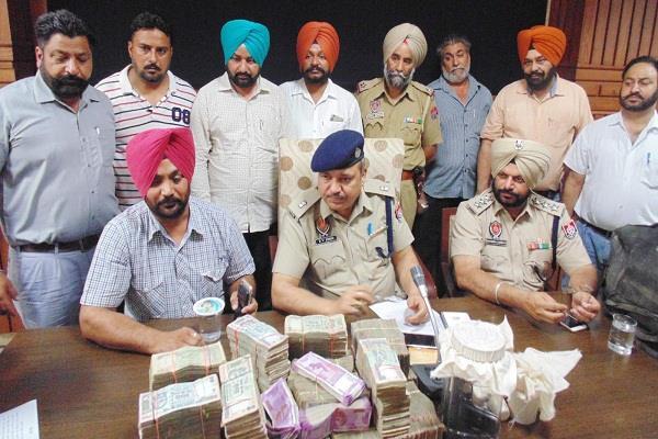 3 पाक सिमें, भारतीय करंसी, हैरोइन व हथियार सहित व्यक्ति गिरफ्तार