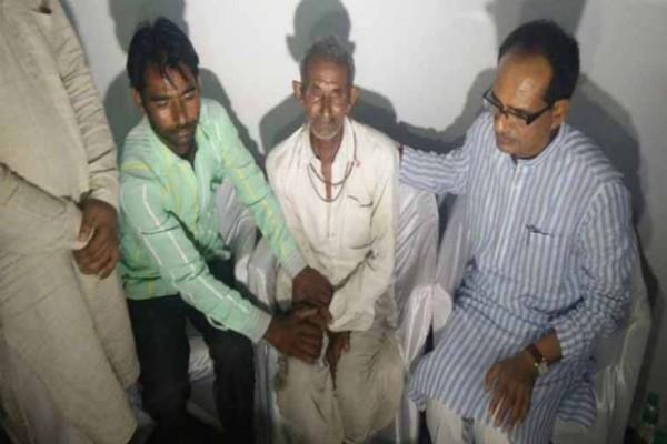 मारे गए 4 किसानों के परिवार से मिले CM, कहा- तोड़ दें उपवास, शिवराज हुए भावुक