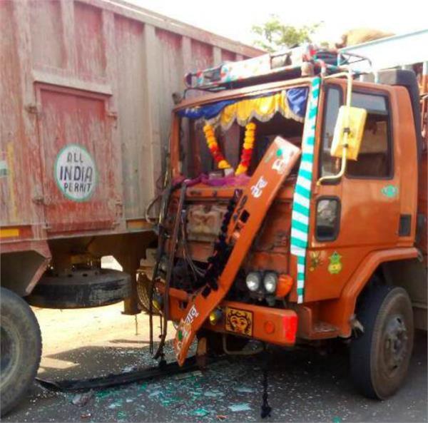 ट्रक-टैम्पो में टक्कर