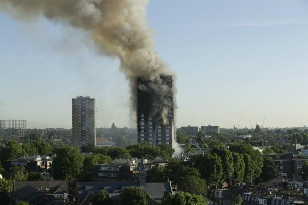 लंदन अग्निकांड: एक धमाके के साथ टूटे शीशे, बच्चों को बचाने के लिए 10वीं मंजिल से फेंका
