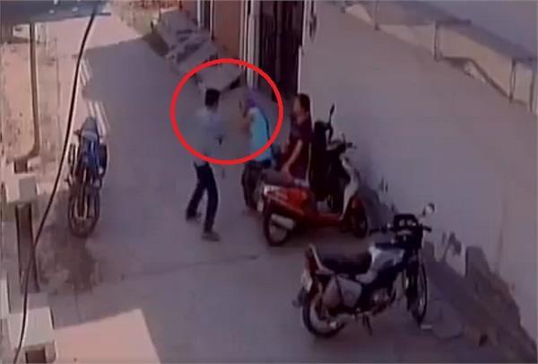 VIDEO: लड़की ने ठुकराया प्रपोजल तो आशिक ने दिनदहाड़े कर दी पिटाई!