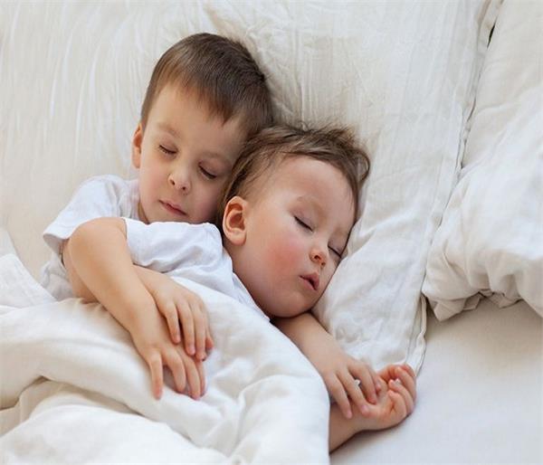 कहीं आप तो नहीं लगाती शिशु को सोते समय तकिया