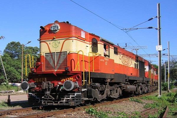 नोटबंदी की दुर्घटना में 'डीरेल' हुई रेलवे