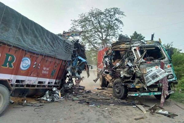 भयानक हादसा: NH पर दो ट्रकों की आमने-सामने जबरदस्त भिड़त, उड़े परखच्चे (PICS)