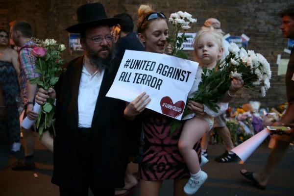 मस्जिद आतंकी हमला पीड़ितों के लिए लंदन निवासियों ने निकाला जुलूस