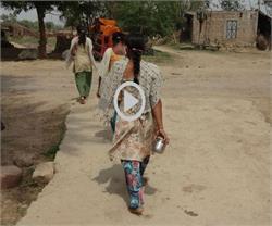 शर्मनाक: खेतों में शौच करने पर दलितों से 'टैक्स' वसूलते हैं दबंग