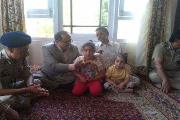 शहीद फिरोज डार के बच्चों को मिलेगी मुफ्त शिक्षा : निर्मल सिंह