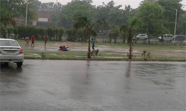 झमाझम बारिश से मौसम हुआ सुहावना, बाइक पर मस्ती करते दिखे युवा