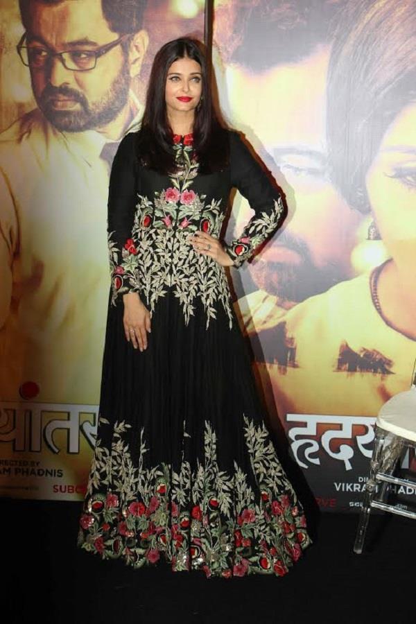 इंवेट के दौरान ब्लैक ड्रैस में दिखाई दीं Aishwarya