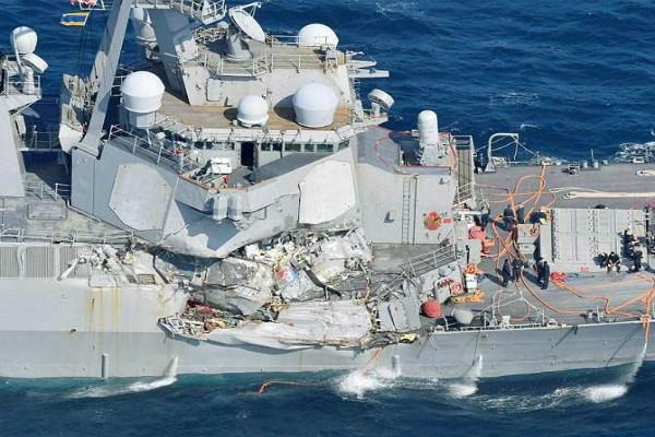 कंटेनर जहाज से टकराया अमरीकी युद्धपोत, 7 क्रू सदस्य गायब