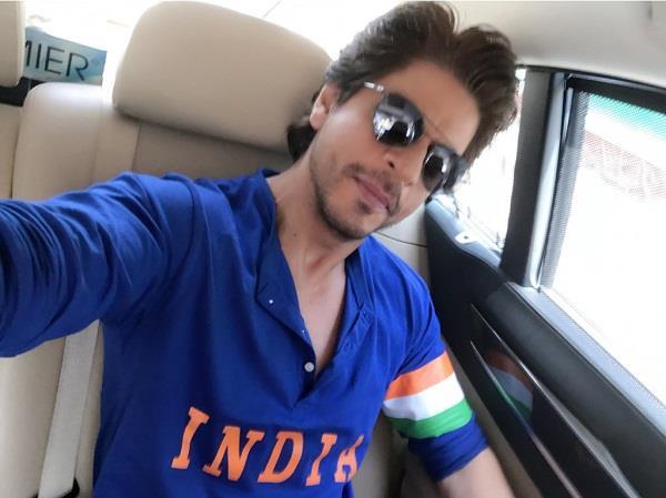 शाहरुख खान पहुंचे भारत-पाकिस्तान का मैच देखने, कमेंट्री करते आए नजर