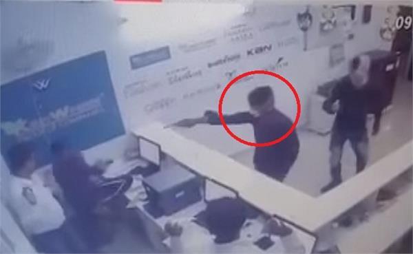 VIDEO: बंदूक की नोक पर 4 लाख लूटे, CCTV में कैद हुई घटना